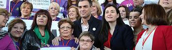 Pedro Sánchez con mujeres del Tren de la Libertad