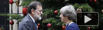 El presidente del Gobierno, Mariano Rajoy, saluda a la primera ministra británica, Theresa May, antes de comenzar la reunión.