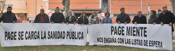 Riolobos y miembros del PP en las Urgencias del Virgen de la Salud.