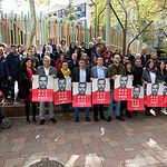 Los candidatos del PSOE, arropados por militantes, durante la tradicional Pegada de Carteles de las Elecciones Generales del 28A