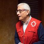 Francisco Pérez del Campo, presidente local de Cruz Roja en Albacete, entrega un cheleco de la ONG al director del Grupo Multimedia de Comunicación La Cerca, Manuel Lozano