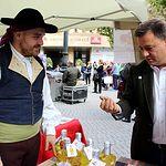 El alcalde de Albacete, Manuel Serrano, ha estado en la mañana de este sábado, 21 de octubre, en la presentación del XXX Festival de la Rosa del Azafrán realizada en la Plaza de la Constitución de Albacete.