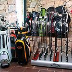 Las Pinaillas cuenta con una tienda especializada en material deportivo para la práctica del golf.