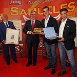 """El picador Agustín Moreno, recoge en nombre de Paco María, el X Premio Taurino Samueles """"A la Mejor Suerte de Varas""""."""