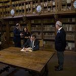El presidente del Gobierno en funciones, Mariano Rajoy, firma en el Libro de Honor de la Universidad de Salamanca, en la biblioteca de la institución académica. Pool Moncloa / Diego Crespo