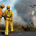 La investigación sobre los aspectos relacionados con los incendios forestales es uno de los objetivos de la Fundación General de Medio Ambiente. Foto: Bomberos controlando un incendio.