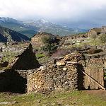 Cercado de pizarra en un pueblo abandonado en la magnificencia de la Sierra del Ayllón, en Guadalajara.