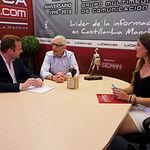 Vicente Casañ, alcalde de Albacete, junto a Manuel Lozano, director del Grupo Multimedia de Comunicación La Cerca y la periodista Carmen García. Foto: La Cerca - Manuel Lozano Garcia