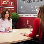 Mari Luz Fresneda, responsable de FADEMUR en Albacete, junto a la periodista Carmen García