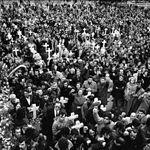 """Multitud de personas en el cortejo fúnebre de las víctimas del atentado contra los abogados laboralistas de Atocha, lo que pasó a conocerse como la """"Matanza de Atocha"""""""