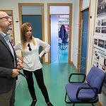 Santiago Castaño, director del Instituto de Desarrollo Regional (IDR), junto a la periodista Miriam Martínez durante una visita por el Instituto.