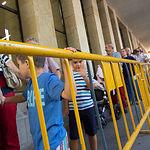Cientos de personas esperaban su turno para recibir el programa de la Feria de Albacete 2015