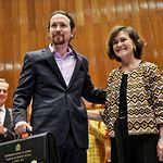 La vicepresidenta primera del Gobierno, Carmen Calvo, entrega la cartera al nuevo vicepresidente segundo, ministro de Derechos Sociales y Agenda 2030, Pablo Iglesias. Foto: Twitter @PabloIglesias