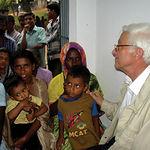 El Padre Ángel habla con los damnificados del tsunami ocurrido en Tailandia.