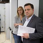 Carmen Picazo, portavoz del Grupo Municipal Ciudadanos en al Ayuntamiento de Albacete, junto al Alcalde de la ciudad, Manuel Serrano, durante la presentación del acuerdo de presupuestos del Ayuntamiento de Albacete