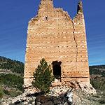 Restos de la Torre de Haches: atalaya de estilo almohade. No podía faltar el típico burro tan característico de la zona.