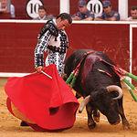 Manuel Amador pasándose a uno de sus enemigos por la cintura. Feria de Albacete 2004. Foto: La Mancha Press.
