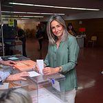Milagros Tolón ejerciendo su derecho al voto. 26M.