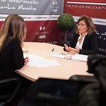 Carmen Córcoles, decana de la Facultad de Ciencias Económicas y Empresariales de Albacete, junto a la periodista Miriam Martínez