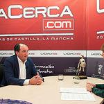 Camilo Abiétar, presidente de la Federación de Organizaciones de Profesionales, Autónomos y Emprendedores (OPA), junto a la periodista Miriam Martínez.