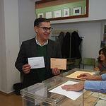 Manuel González Ramos ejerciendo su derecho al voto. Foto: Manuel Lozano Garcia / La Cerca