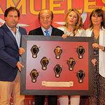 La familia Samuel Flores recibe del Grupo Multimedia de Comunicación La Cerca un cuadro con esculturas de Salvador Buendía en la Gala de Entrega de los X Premios Taurinos Samueles, pertenecientes a la Feria Taurina de Albacete 2015