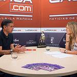 Manuel González Ramos, cabeza de lista del PSOE al Congreso por Albacete, junto a la periodista Miriam Martínez.
