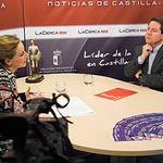Emiliano García-Page, presidente de Castilla-La Mancha, junto a la periodista Miriam Martínez, en una entrevista realizada en el plató de las instalaciones de La Cerca TV, en Albacete.