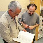 Fernando Rovetta (i), junto a Ángel Luis Arjona, becario de investigación del CEDOBI.