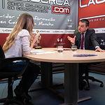Francisco Martínez Arroyo, consejero de Agricultura, Medio Ambiente y Desarrollo Rural, junto a la periodista Miriam Martínez