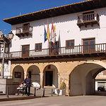 De estilo renacentista, el Ayuntamiento se terminó de construir en 1692, según indica la inscripción del soportal.