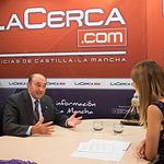 Higinio Olivares, presidente de Globalcaja, junto a Miriam Martínez, del Grupo Multimedia de Comunicación La Cerca.