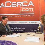 Antonio Ureña Aroca, presidente de la delegación de FEDA en La Roda, junto a la periodista Miriam Martínez.