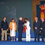 La alcaldesa de Albacete, Carmen Oliver, recibió la Medalla de Oro concedida a la Feria de Albacete en el III Centenario de su Confirmación. En la imagen, junto a los integrantes de la Junta de Patronos del Centenario de la Feria.