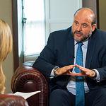 José Luis Martínez Guijarro, vicepresidente del Gobierno de Castilla-La Mancha, junto a la periodista Miriam Martínez.