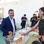 El presidente de Castilla-La Mancha y candidato a la reelección, Emiliano García-Page, ha ejercido su derecho al voto en los comicios autonómicos en el colegio público Ciudad de Nara de la capital castellano-manchega. (FOTOS: José Ramón Márquez//PSCMPSOE)