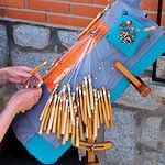 El encaje de bolillos es la actividad artesana textil más frecuente y característica de la zona.