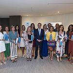 Gonzalo Gortázar entrega el galardón Premio Mujer Empresaria en Castilla-La Mancha y Extremadura 2019 a Isabel Sánchez Serrano.