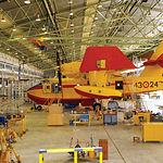 Un avión Canadair en fase de mantenimiento en las instalaciones de la Maestranza.