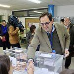 Paco Núñez ejercer su derecho al voto en el CEIP Maestros del Casar en Guadalajara. .