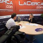 Francho Tierraseca, miembro de la plataforma 'Somos Socialistas' en apoyo a Pedro Sánchez de cara a las primarias a la Secretaría General del PSOE, junto a la periodista Miriam Martínez