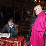 Su Majestad el Rey firma en el Libro de Honor de la Catedral de Toledo