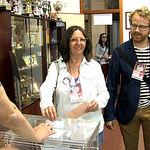 Victoria Delicado, candidato de Ganemos AB a la alcaldía de Albacete, ejerciendo su derecho al voto.
