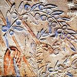 En el grabado en piedra, el rey Neferjeperura Amenhotep, más conocido como Ajenatón, o Akenatón, ofrece un ramo de olivo al dios Aton. Epoca Amarna hacia 1345 A.C.