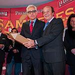 Manuel Lozano, director de La Cerca, recibe un obsequio de manos del ganadero Samuel Flores de parte de todos los miembros del jurado de los Premios Samueles. Junto a Samuel Flores podemos ver a Pilar González del Valle, Marquesa de la Vega de Anzo.