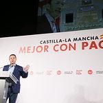 El secretario general del PSOE de Castilla-La Mancha y candidato a la reelección como presidente regional, Emiliano García-Page, celebra la tradicional pegada de carteles en La Roda, junto al candidato a la alcaldía de esta localidad, Juan Ramón Amores, y el cabeza de lista a las Cortes regionales por Albacete, Santiago Cabañero. (Fotos: Ignacio López//PSCM-PSOE)