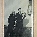 Fotografía en la que se ven los padres de Anastasia Tsackos Moratalla en el campo de concentración donde estaban recluidos