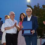 Manuel Matías Alemañy, presidente de la Asociación de Vecinos del Barrio Sepulcro-Bolera, entregando una placa de recuerdo a Manuel Lozano con motivo del Pregón realizado.