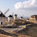 El Castillo de Consuegra se encuentra muy bien acompañado por típicos molinos de viento manchegos.