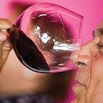 Carlos Falcó realizando una cata de uno de los excelentes vinos de su finca toledana Dominio de Valdepusa.